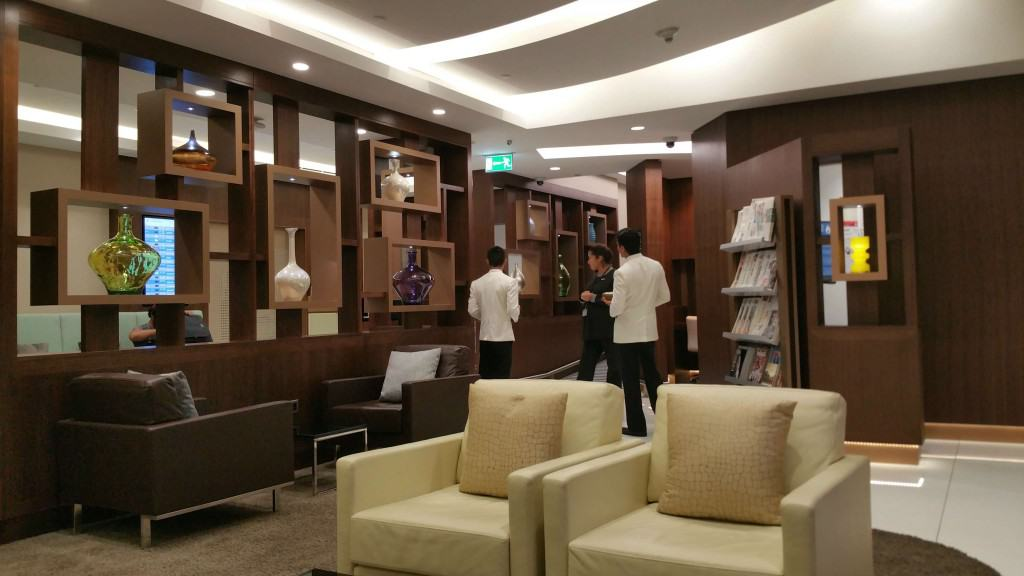 Etihad arrivals lounge Abu Dhabi review. The Arrivals lounge is open for a relaxing few moments after a long light for business and first class guests.